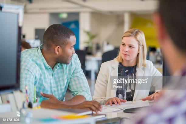 Homme d'affaires discute avec un collègue de bureau