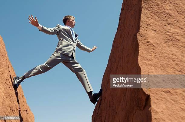 ビジネスマンは危険なバランシングアクト間のロック