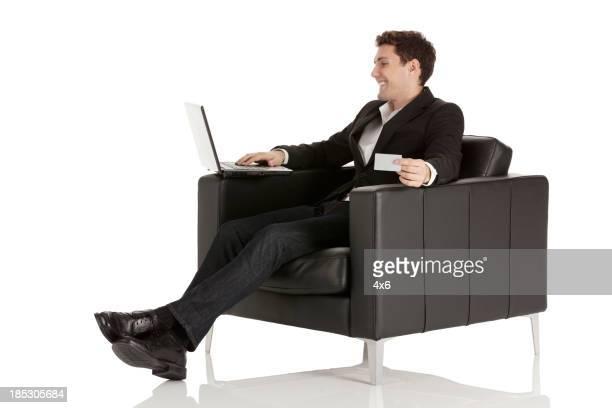 Homme d'affaires faisant des achats en ligne