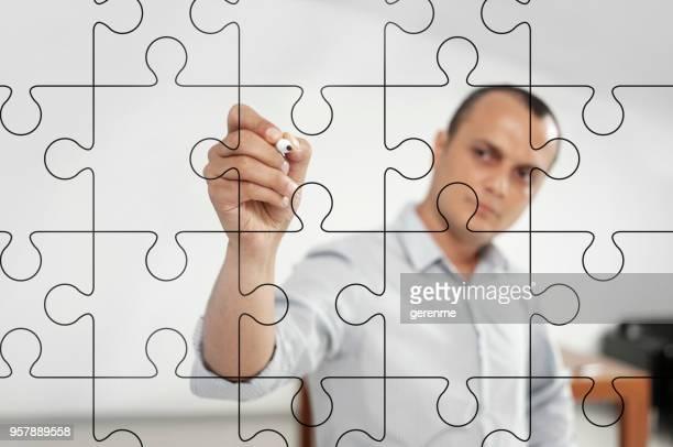 Geschäftsmann, zeichnen eine puzzle