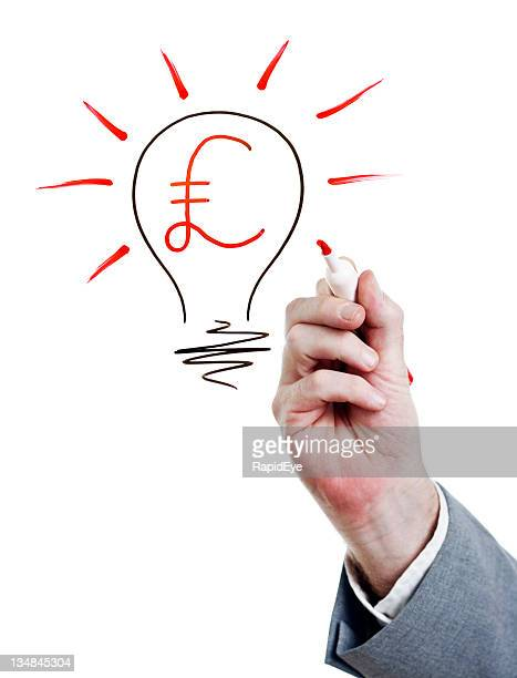 Homme d'affaires attire livres de l'intérieur de l'ampoule, idée lumineuse!