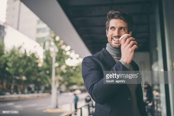 zakenman koffie drinken - coltrui stockfoto's en -beelden