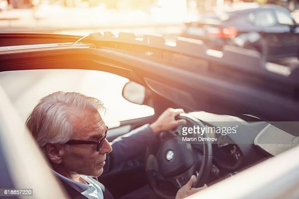 Homme d'affaires au volant d'une voiture