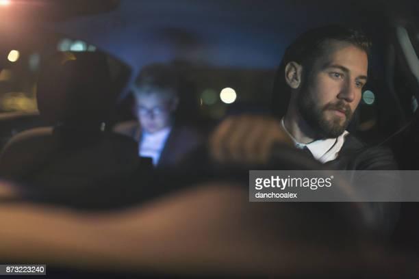 Geschäftsmann fahrendes Auto in der Nacht