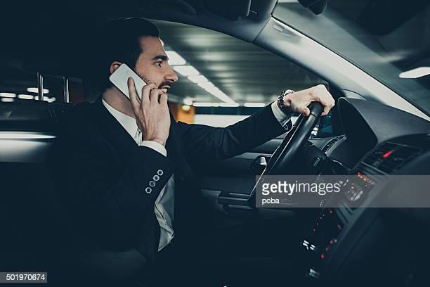 Homme d'affaires en voiture