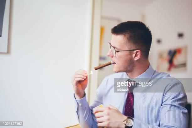 genießen sie eine zigarre geschäftsmann - raucher lunge stock-fotos und bilder