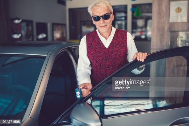 Geschäftsmann genießen Neuwagen