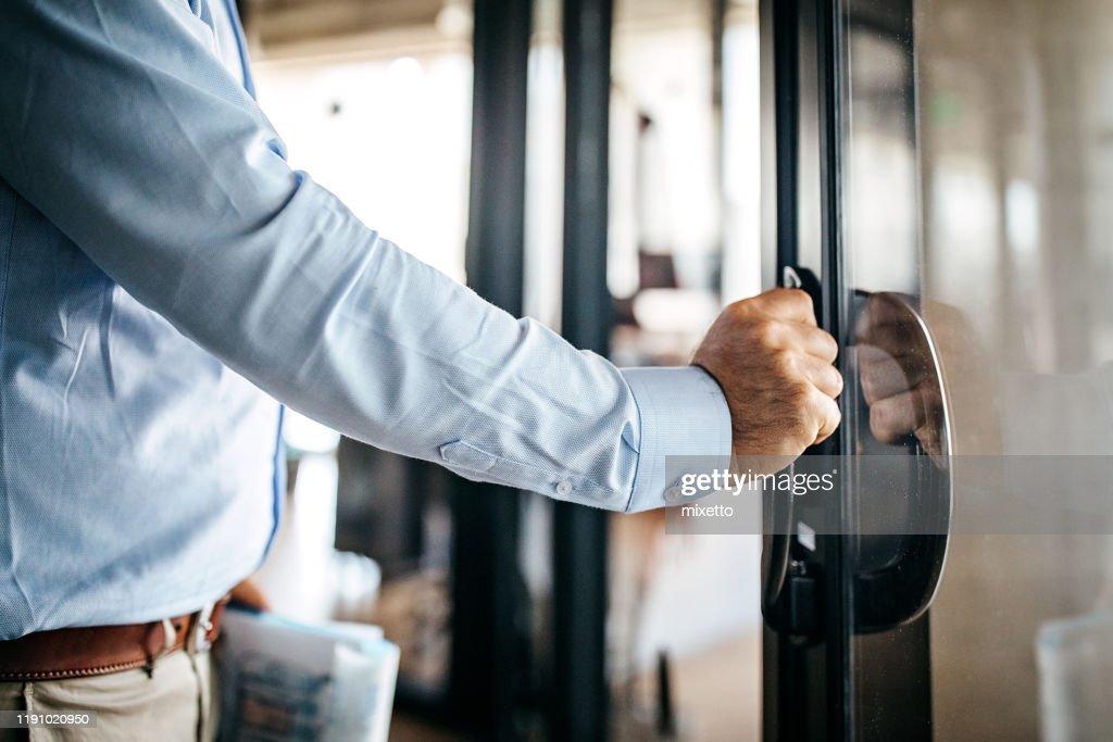 Homme d'affaires entrant la cabine de bureau : Photo