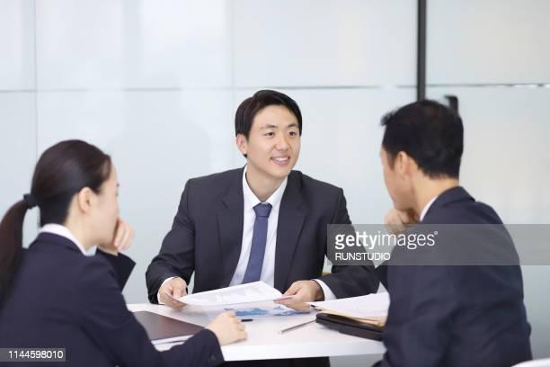 businessman explaining chart in meeting - ミーティング ストックフォトと画像