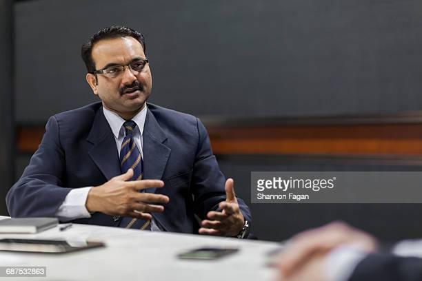 businessman explaining idea in office meeting - gesticulando - fotografias e filmes do acervo