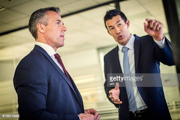 businessman explaining something to his boss - presidente de empresa - fotografias e filmes do acervo