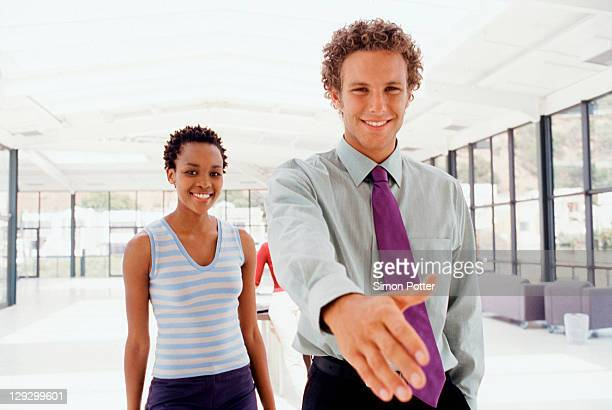 Geschäftsmann, die Verlängerung der hand in Begrüßung
