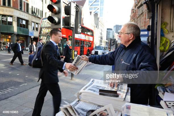Geschäftsmann kommt eine kostenlose Zeitung in London