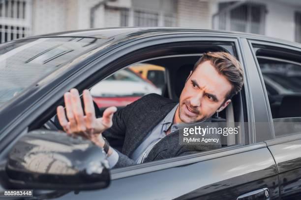 Geschäftsmann wütend im Auto
