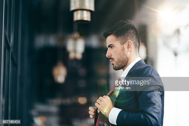 businessman getting dressed in front of the mirror - voorbereiding stockfoto's en -beelden