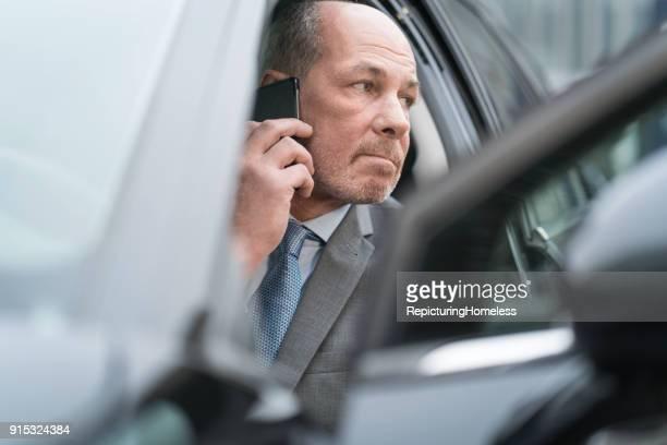 Ein Geschäftsmann aus einem Auto selbst auf sein Handy bekommen