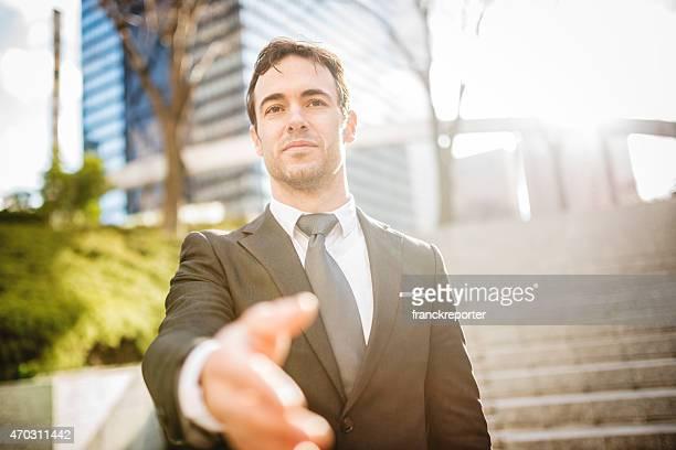 Geschäftsmann geben die welcome-Schild