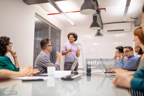 オフィスでのプレゼンテーションを与えるビジネスマン - セールストーク ストックフォトと画像