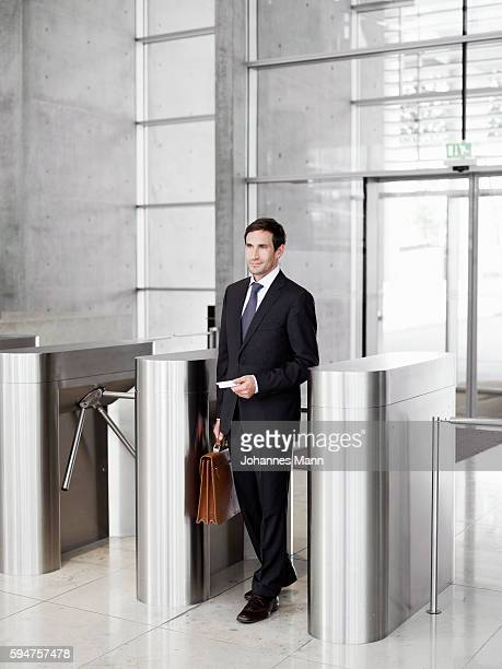 businessman going through a turnstile - 改札 ストックフォトと画像