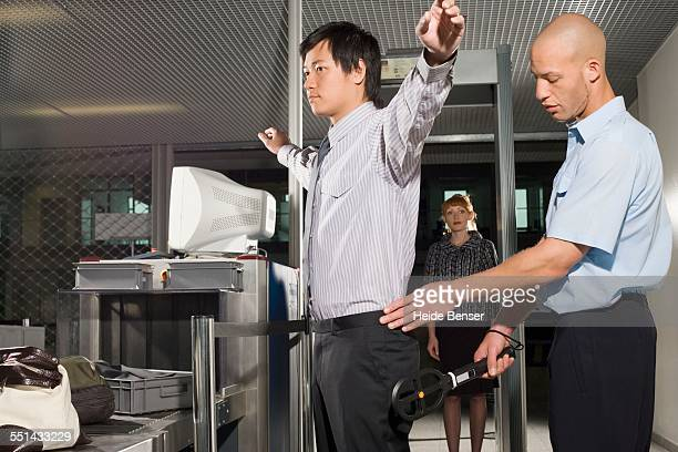 businessman going through airport security - security check - fotografias e filmes do acervo