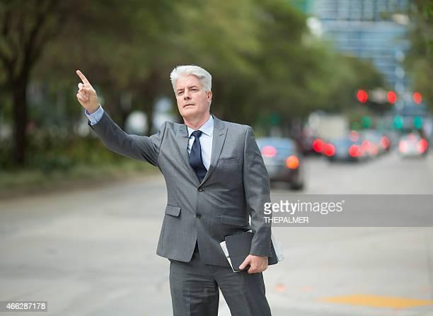 ビジネスマンタクシーを呼び止めること