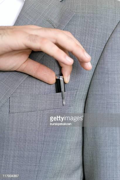 ビジネスマンハンド引き出しからスーツペンポケット