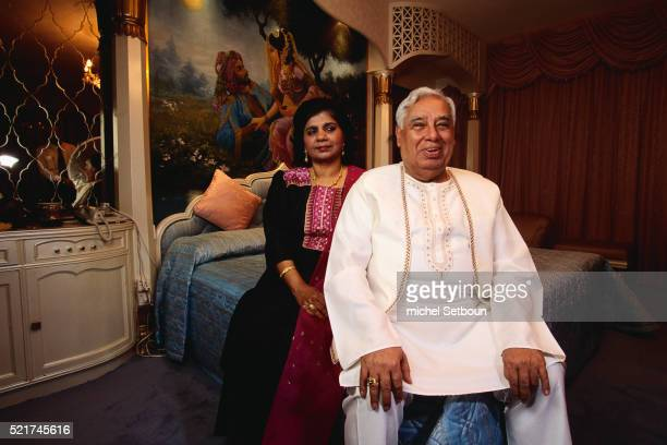 businessman hari harilela with wife padma - tunic stock pictures, royalty-free photos & images