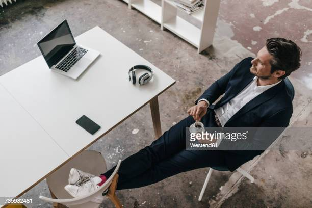 businessman having a coffee break - finanzwirtschaft und industrie stock-fotos und bilder