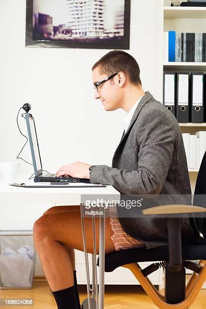 Hombre de negocios teniendo una teleconferencia en pantalones cortos