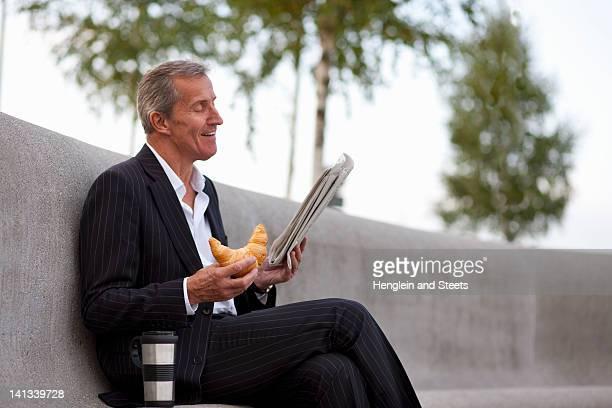 Homme d'affaires d'avoir le petit-déjeuner en plein air