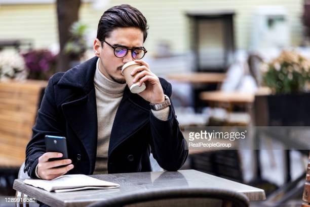 empresario teniendo descanso para el café al aire libre - ginger lee fotografías e imágenes de stock
