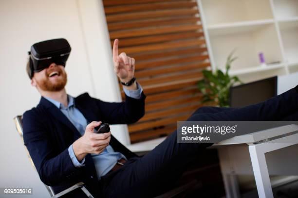 Geschäftsmann mit Spaß und virtual-Reality-Kopfhörer