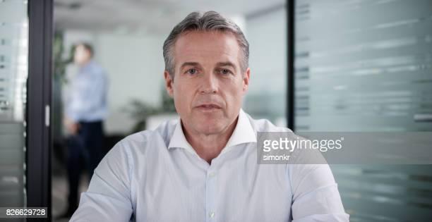 Zakenman met video conference call uit zijn ambt