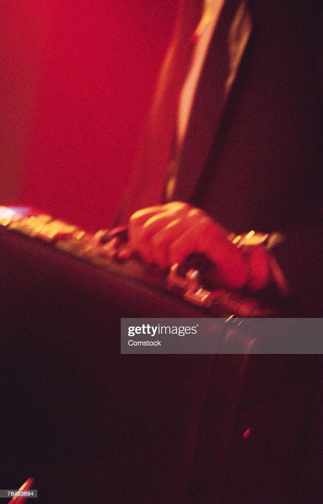 Businessman holding a briefcase : Stockfoto