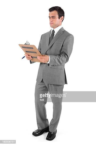 ビジネスマン、クリップボードを保持