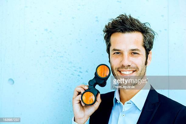 Geschäftsmann holding Ferngläser