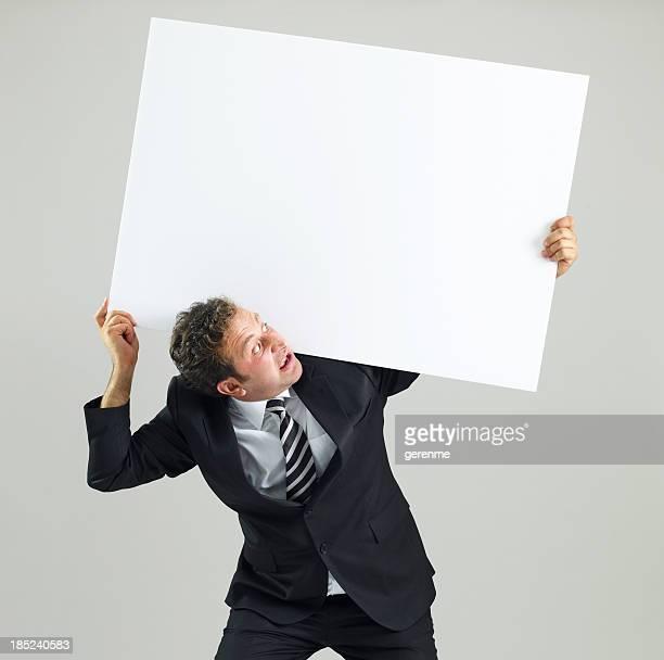 Homme d'affaires tenant le panneau vierge
