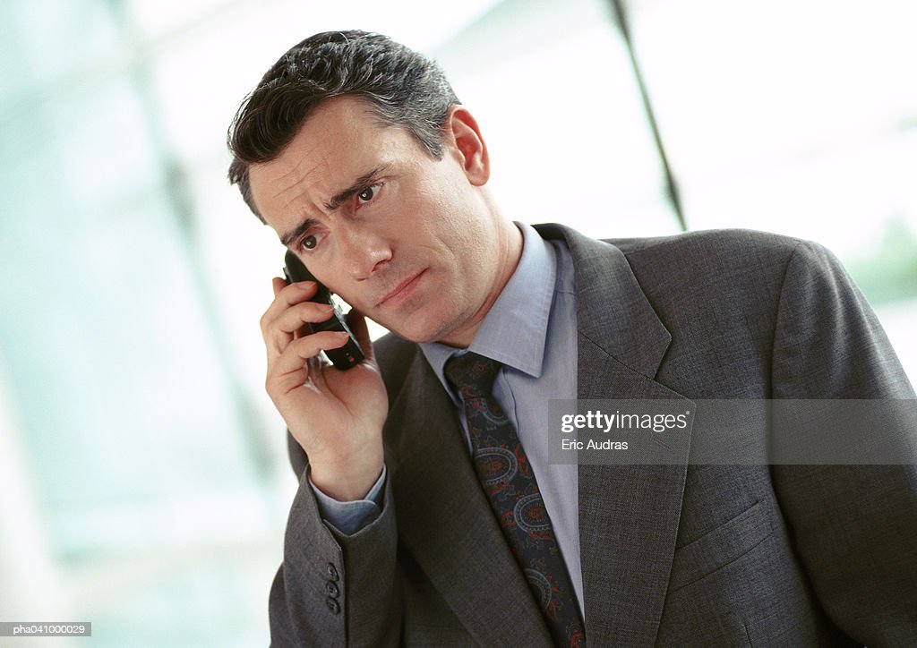 Businessman holding cell phone, portrait : Stockfoto