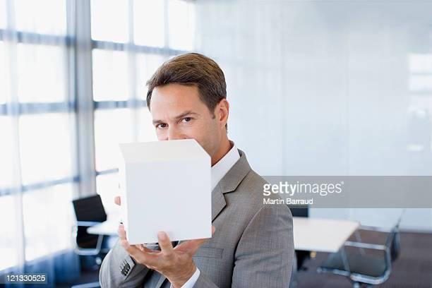 Geschäftsmann holding cube im Büro