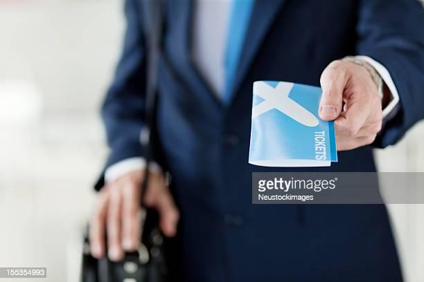 Empresário segurar fora dos bilhetes de avião