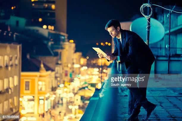 Homme d'affaires tenant une tablette