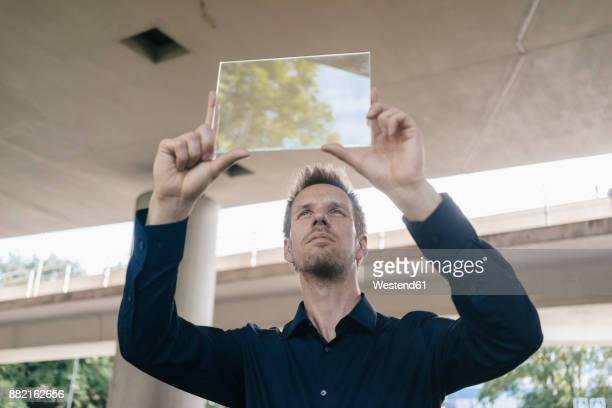 businessman holding up portable glass device - ver através - fotografias e filmes do acervo
