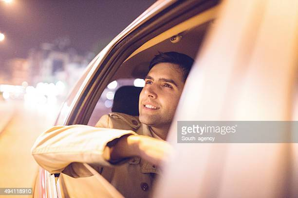 Geschäftsmann in einem Auto bei Nacht