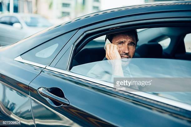 Geschäftsmann in einem Auto Telefonieren