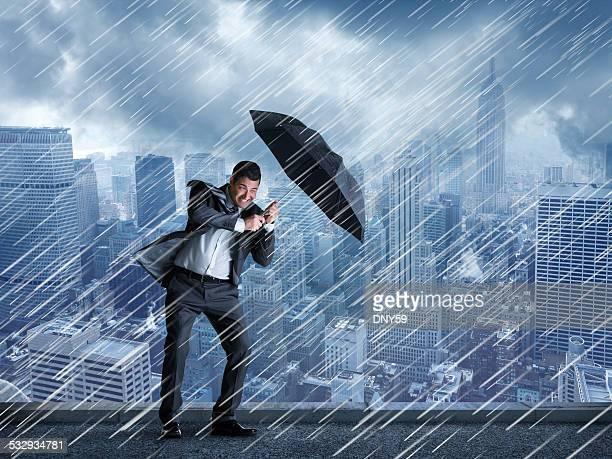 Geschäftsmann In dem Nieselregen kommen