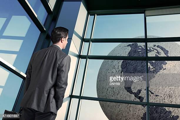Geschäftsmann am Flughafen Betrachtung des world travel