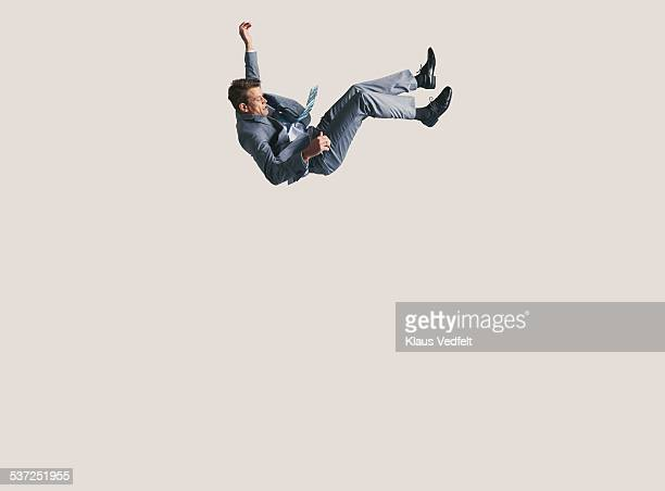 businessman in big space, falling down - in de lucht zwevend stockfoto's en -beelden