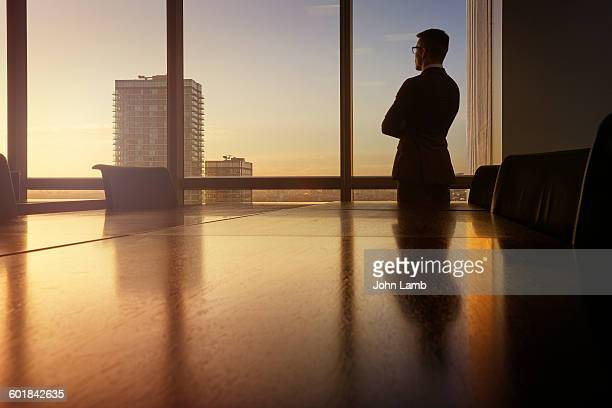 businessman in boardroom at dusk. - governo - fotografias e filmes do acervo