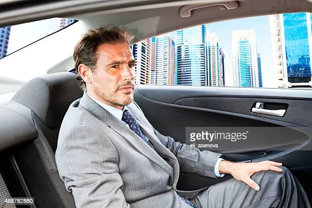 Empresario en automóvil de Dubai.