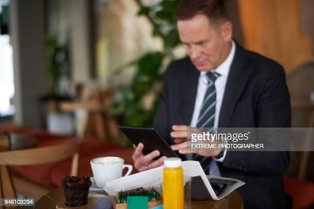 Zakenman in de coffeeshop